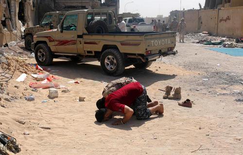 نماز خواندن نیروهای دولتی مشغول جنگ با داعش در شهر سرت لیبی