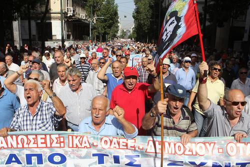 تظاهرات سالمندان و بازنشستگان یونانی در مقابل مقر نخست وزیری یونان در اعتراض به سیاست های ریاضت اقتصادی  – آتن