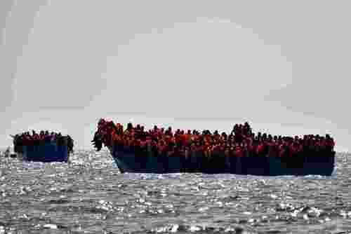قایق مملو از پناهجو در سواحل شمال لیبی و در انتظار رسیدن واحدهای امدادی