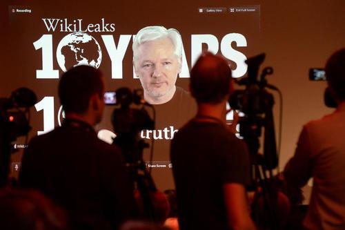سخنرانی زنده ویدئویی جولیان آسانژ مدیر سایت ویکی لیکس خطاب به هواداران در دهمین سالگرد تاسیس این سایت – برلین