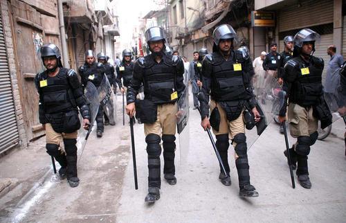 استقرار نیروهای امنیتی پاکستان برای تامین امنیت عزاداران امام سوم شیعیان در برابر حملات احتمالی تروریستی به دسته های عزاداری – بازار شهر پیشاور
