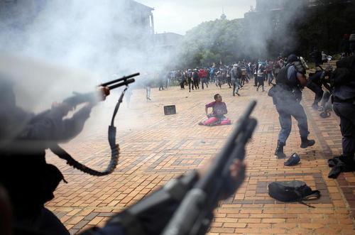 به خشونت کشیده شدن تظاهرات دانشجویان در دانشگاه ژوهانسبورگ آفریقای جنوبی