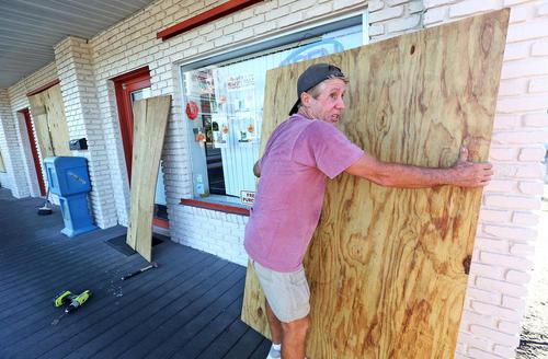 ایمن کردن در و پنجره خانه ها از توفان متیو – کیپ کاناورال ایالت فلوریدا آمریکا
