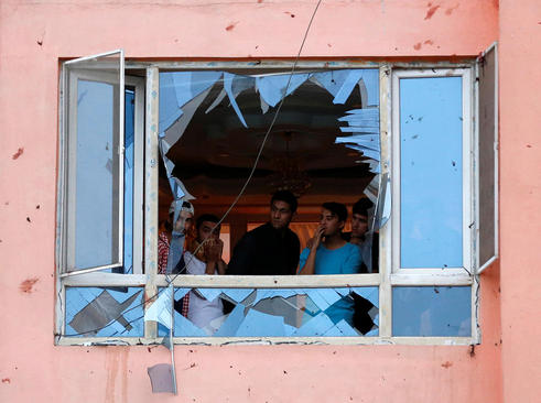 آثار یک حمله انتحاری در شهر کابل افغانستان