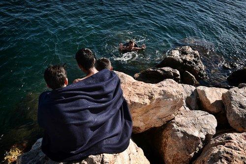آب تنی پناهجویان در سواحل صخره ای در جزیره چیوس یونان