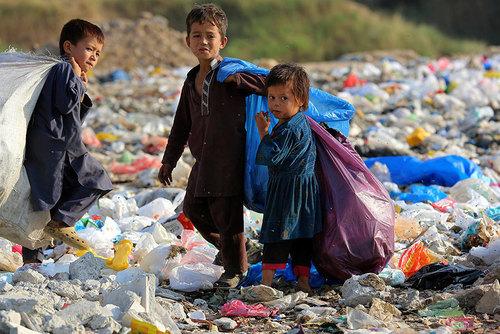 کودکان در حال جمع آوری زباله های قابل بازیافت – اسلام آباد