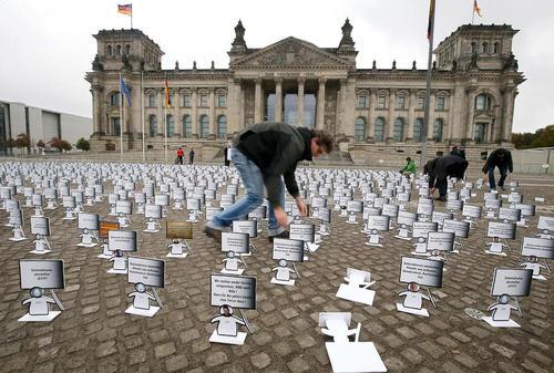اعتراض نمادین فعالان آلمانی در مقابل مجلس فدرال این کشور در برلین در حمایت از حقوق دیجیتال و ضرورت حفظ حریم خصوصی شهروندان