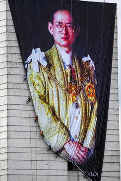 نصب یک بنر بزرگ از پادشاه فقید تایلند روی دیواری در شهر بانکوک