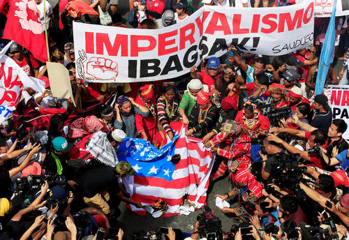 آتش زدن پرچم آمریکا از سوی گروهی از هواداران رییس جمهور فیلیپین در حمایت از سخنان اخیر او درباره تجدید نظر دولت مانیل در روابط با آمریکا - مانیل