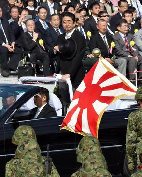بازدید نخست وزیر ژاپن از آزاکا در روز نیروهای مسلح ژاپن