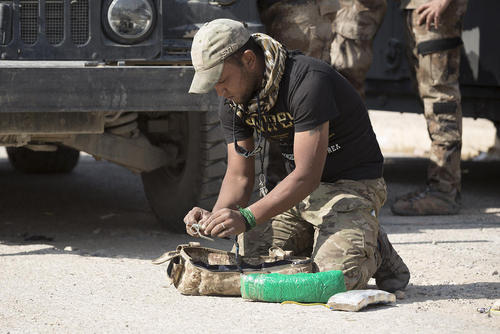حمله به موصل : یک نیروی ارتش عراق در حال خنثی کردن یک جلیقه انفجاری داعش است