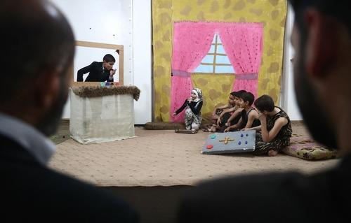 تئاتر در شهر دوما در حومه شهر دمشق سوریه. داستان این تئاتر شورش گروهی از انسان های اولیه علیه حاکم دیکتاتورشان است