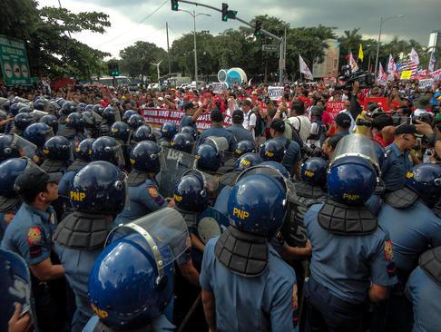 تظاهرات هزاران فیلیپینی در مقابل سفارت آمریکا در شهر مانیل در اعتراض به حضور نظامی آمریکا در کشورشان
