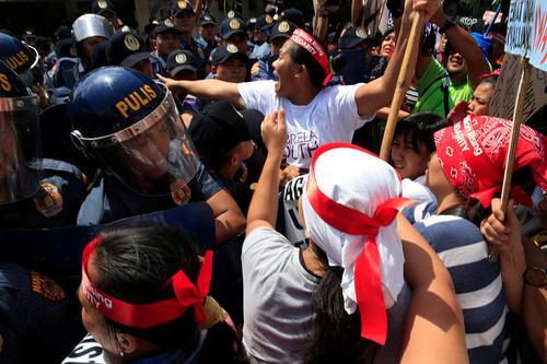 تظاهرات اعتراضی مقابل سفارت آمریکا در شهر مانیل فیلیپین