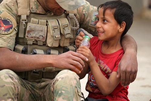 خوش و بش سرباز ارتش عراق با یک کودک روستایی در جنوب موصل