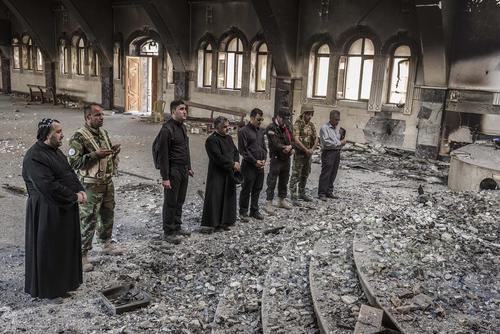 ویرانی کلیسای شهر الحمدانیه عراق در نزدیکی موصل. این کلیسا به عنوان مخفیگاه اعضای داعش مورد استفاده قرار گرفته بود