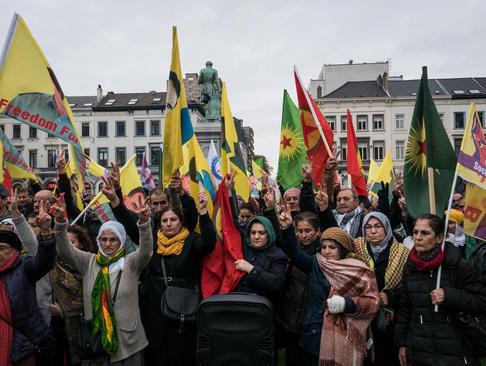 تظاهرات کردها در مقابل پارلمان اروپا در شهر بروکسل در اعتراض به دستگیری نمایندگان حزب دموکراتیک خلق ها در ترکیه