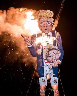 آتش زدن ماکت بزرگ دونالد ترامپ در تظاهرات شب آتش در انگلیس. این ماکت پیشتر از سوی دو هنرمند در کنت بریتانیا ساخته شده بود