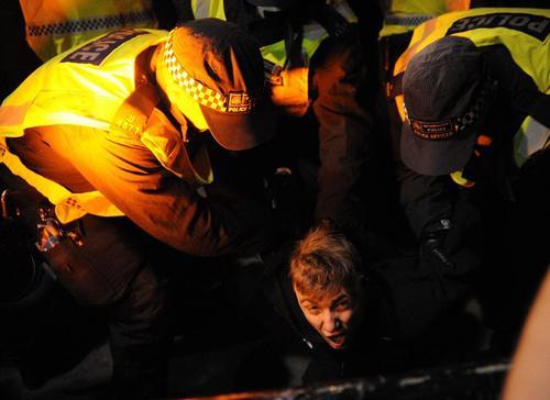 دستگیری تظاهرات کننده های انگلیسی در لندن که با فراخوان یک گروه ناشناس و فعال اینترنتی در اعتراض به سیاست های ریاضت اقتصادی و فساد سیاستمداران تظاهراتی شبانه به پا کردند