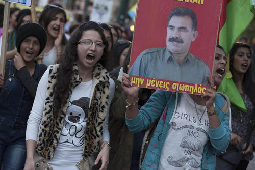 تظاهرات کردهای ترکیه در شهر آتن در اعتراض به دستگیری سیاستمداران و نمایندگان کرد مجلس