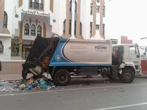 خودروی حمل زباله که محسن فکری دستفروش خود را درون آن انداخت