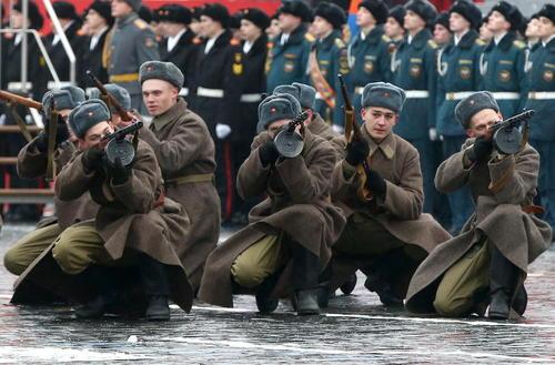 نیروهای ارتش روسیه در لباس سنتی ارتش سرخ شوروی و در مراسم هفتادو پنجمین سالگرد گسیل نیروهای ارتش شوروی به خط مقدم نبرد با نیروهای آلمانی در مرزهای روسیه در زمان جنگ دوم جهانی – میدان سرخ مسکو