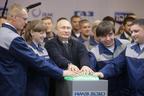 ولادیمیر پوتین رییس جمهور روسیه در آیین افتتاح یک کارخانه تولید موتور خودروی مطابق با استاندارد