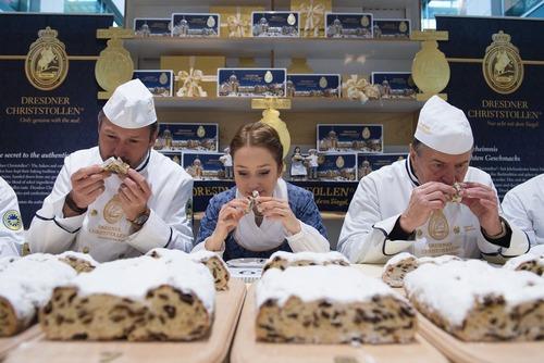 داوران در حال تست کردن طعم و عطر و بوی کیک ها در یک مسابقه کیک پزی – درسدن آلمان