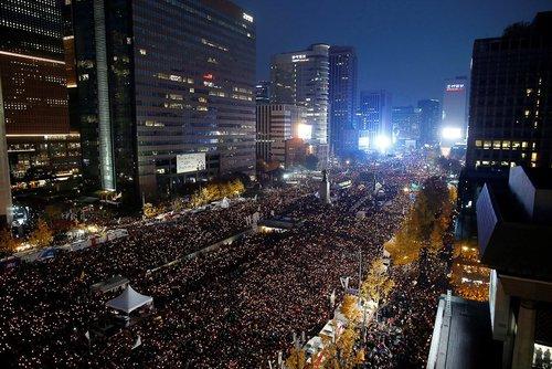 تظاهرات دهها هزار نفری علیه پارک گئون های رییس جمهور کره جنوبی در مرکز شهر سئول