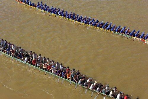 مسابقات سنتی قایقرانی در آب های شهر پنوم پن کامبوج