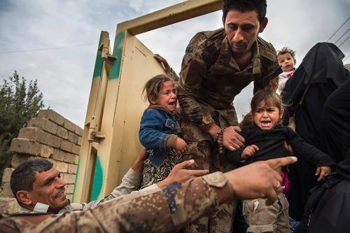 انتقال شهروندان عراقی به بیرون از منطقه جنگی در اطراف شهر موصل