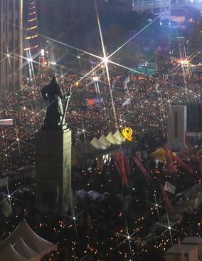 تظاهرات شبانه دهها هزار نفر در شهر سئول کره جنوبی با درخواست استعفای رییس جمهور این کشور
