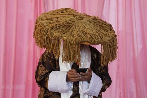 یک راهب بودایی در لباس سنتی و در جریان یک مراسم آیینی در شهر کاتماندو نپال
