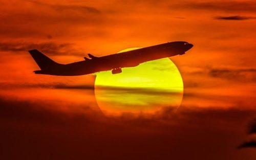 برخاستن هواپیما از باند فرودگاه کویت