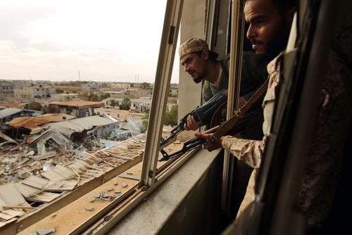 سربازان دولت تحت حمایت سازمان ملل در لیبی در حال نبرد با داعش در حومه شهر بنغازی