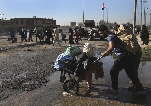 فرار شهروندان عراقی از جبهه جنگ در اطراف موصل