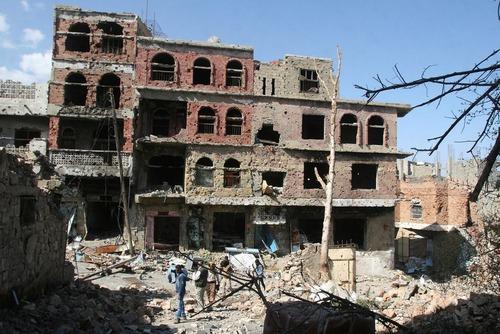 یک ساختمان تخریب شده در اثر جنگ داخلی بین نیروهای شیعه حوثی و طرفداران عبد ربه منصور هادی در شهر تعز یمن