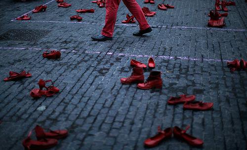 فعالان حقوق زنان برای اعتراض به خشونت علیه زنان کفش های قرمز در خیابان گذاشته اند – بارسلونا اسپانیا