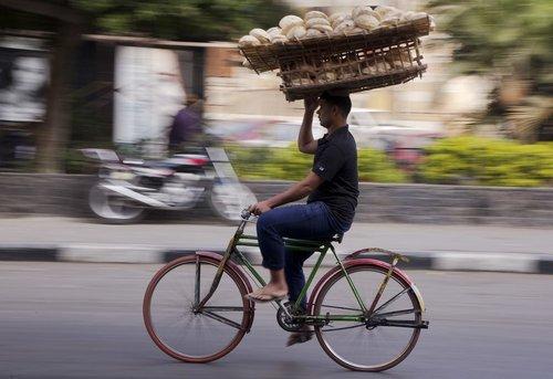کارگر نانوایی در حال حمل نان با دوچرخه - قاهره