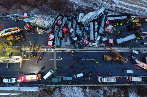 یک تصادف زنجیره ای مرگبار در بزرگراهی در حومه پایتخت چین که منجر به مرگ 4 تن شد. در این تصادف 37 خودرو با هم برخورد کردند
